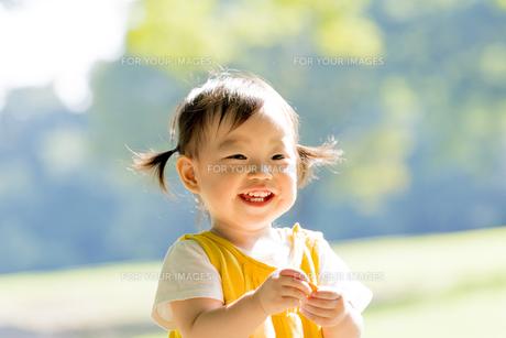 公園で笑う女の子の素材 [FYI01076075]