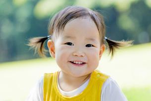 公園で笑う女の子の素材 [FYI01076131]