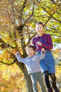 紅葉の公園を走る母親と息子の素材 [FYI01076132]