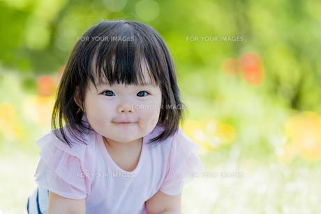 公園で笑う女の子の素材 [FYI01076144]