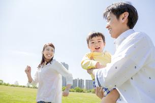 公園を歩く家族の素材 [FYI01076149]