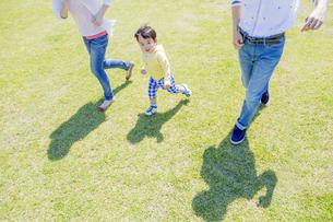 公園を歩く家族の素材 [FYI01076217]