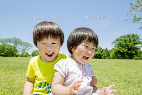 新緑の公園で遊ぶ兄と妹の素材 [FYI01076238]