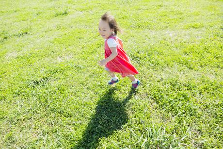 公園を走る女の子の素材 [FYI01076250]