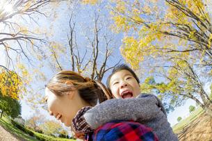 紅葉の公園で遊ぶ母親と息子の素材 [FYI01076271]