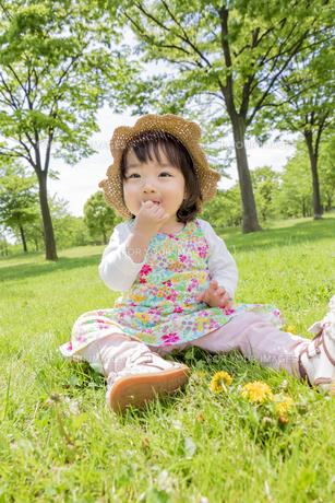 公園で笑う女の子の素材 [FYI01076309]