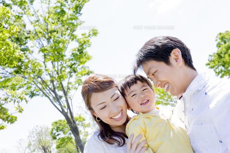 公園で遊ぶ家族の素材 [FYI01076313]