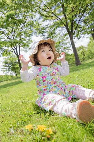 公園で笑う女の子の素材 [FYI01076337]