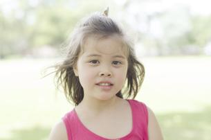 ピンクのノースリーブを着たハーフの女の子の素材 [FYI01076576]