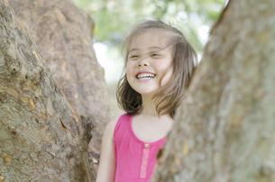 木の間で笑うハーフの女の子の素材 [FYI01076589]