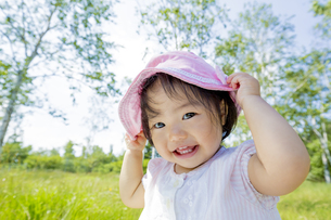 公園で笑う女の子の素材 [FYI01076593]