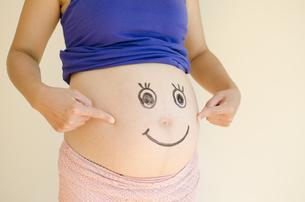 顔を描いた妊婦のお腹の素材 [FYI01076610]