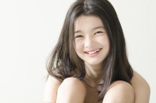 カメラ目線で笑うハーフの少女の素材 [FYI01076644]