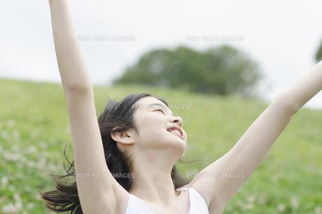 両手を広げて空を見る少女の素材 [FYI01076652]
