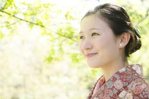 新緑の微笑む着物姿の女性の素材 [FYI01076688]