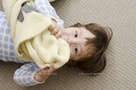 床に寝転ぶハーフの男の子の素材 [FYI01076694]