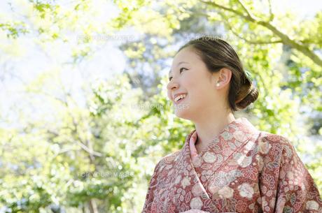 新緑の中で笑う着物姿の女性の素材 [FYI01076705]