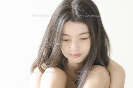 落ち込んだ表情のハーフの少女の素材 [FYI01076717]