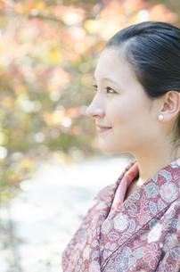 茶色く色づいた葉と着物姿の横顔女性の素材 [FYI01076723]