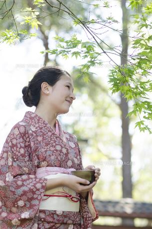 お茶碗を持った着物姿の女性の素材 [FYI01076759]