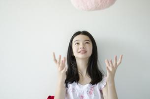 クッションを投げるパジャマ姿の少女の素材 [FYI01076767]
