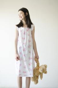 パジャマ姿でぬいぐるみを片手に持った少女の素材 [FYI01076811]