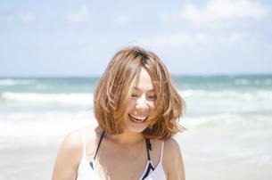 ビーチで笑う女性の素材 [FYI01076817]