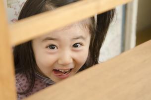 笑いながら隠れる女の子の素材 [FYI01076829]