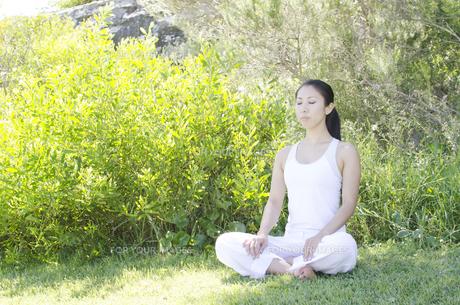 草の上に座ってリラックスする女性の素材 [FYI01076831]