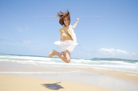 ビーチでジャンプをする女性の素材 [FYI01076832]
