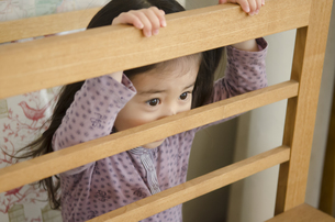 室内で隠れる女の子の素材 [FYI01076837]