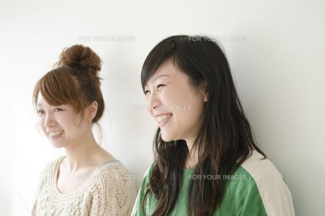 横に並んで笑う女性2人の素材 [FYI01076855]