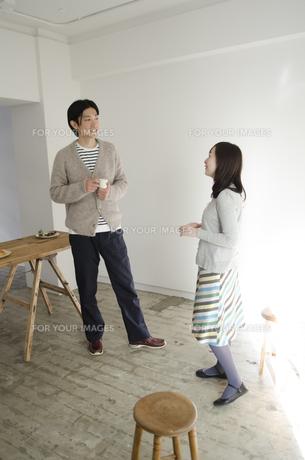 室内で立って話しているカップルの素材 [FYI01076865]