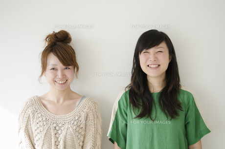横に並んで笑う女性2人の素材 [FYI01076871]
