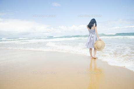波打ち際で佇む黒髪の女性の素材 [FYI01076882]