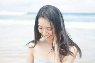 ビーチで微笑む女性の素材 [FYI01076884]