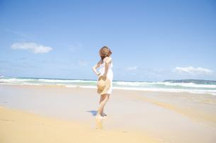 ビーチを歩く女性の素材 [FYI01076886]