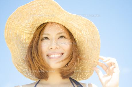 帽子を被って笑う女性の素材 [FYI01076890]