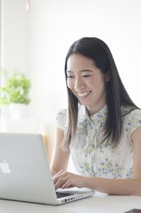 ノートパソコンを操作する女性の素材 [FYI01076905]