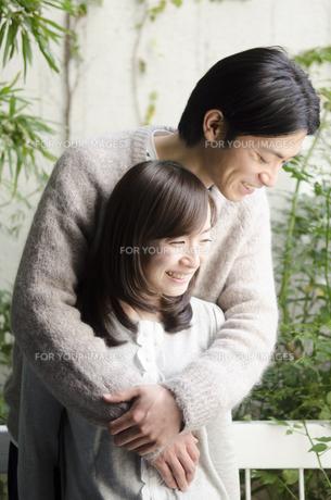 ベランダで笑うカップルの素材 [FYI01076909]