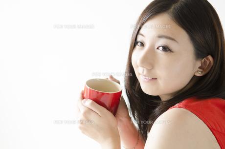赤いカップを持つ女性の素材 [FYI01076910]