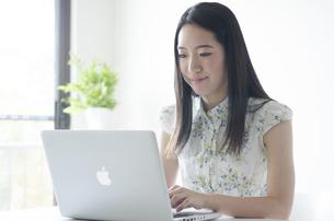 ノートパソコンを操作する女性の素材 [FYI01076913]