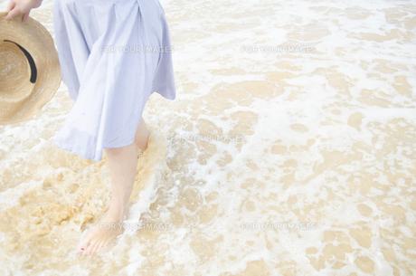 波打ち際を歩く女性の足と帽子の素材 [FYI01076915]