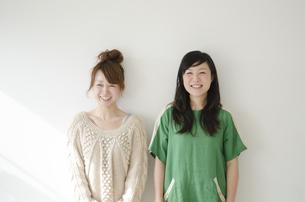 横に並んで笑う女性2人の素材 [FYI01076920]