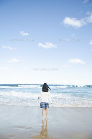 ビーチでたたずむ制服姿の女の子の素材 [FYI01076930]