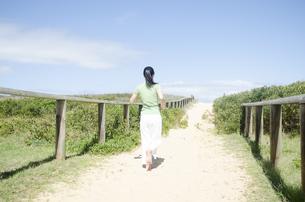 ビーチでジョギングをするポニーテールの女性の素材 [FYI01076938]