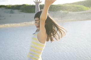 ビーチで踊る女の子の素材 [FYI01076967]