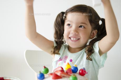 ケーキを前に大喜びするハーフの女の子の素材 [FYI01076980]