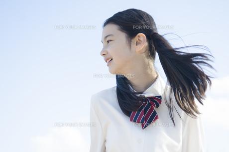 横向きの制服姿の女の子の素材 [FYI01076991]