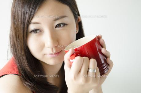赤いカップを持つ女性の素材 [FYI01077012]